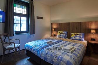 Efteling Bosrijk - 12 persoons Boshoeve inrichting slaapkamer met extra tv